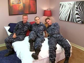 Sexy navy dívka fucks ji sailors