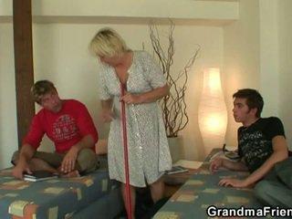 Възбуден тийн roommate fucks горещ бабичка