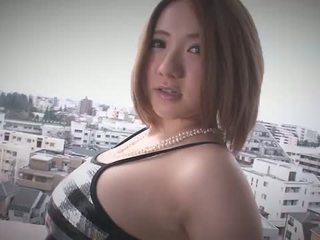 Alice ozawa gives एक जापान ब्लोजॉब और fucks two guys