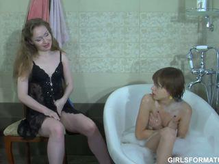 Two geil lesbiennes spelen met elk anderen muff in badkamer
