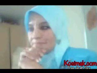 Arab hijab palaistuve par vebkāmera rāda viņai bumbulīši un pus