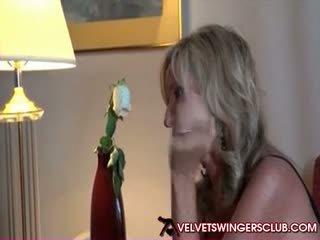 진동하는 사람 섹스하고 싶은 중년 여성 getting 준비된 용 velvet svingers 클럽 파티