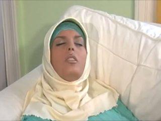 Зашеметяващ muslima в hijab с голям тяло е а sexaddict