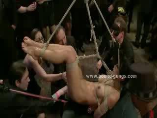 Buhok na kulay kape kaakit-akit delicious puta forced upang suck at fucked sa sukdulan group pagtatalik