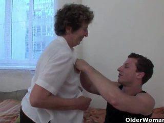 Lustful oma gets haar harig lul fingered en geneukt