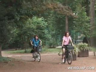 Asiatiskapojke tonårs sweeties ridning bikes med dildos i deras cunts
