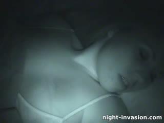 Bigtit kvinne fingered i søvn