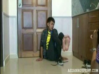 Bee poses sexily arată de pe lui asiatic chap picioare