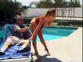 Darla crane titty fucks e sucks cazzo outdoors