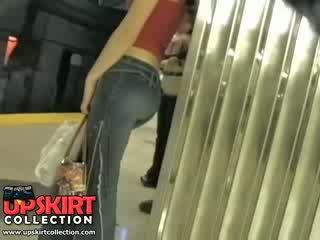 Ich links meine versteckt arbeit im die underground und erwischt dies süß mädchen im eng jeans