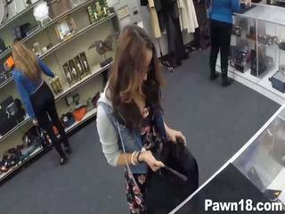 Magnifique brunette fille banged pour argent