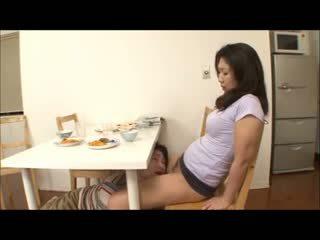 Ιαπωνικό βήμα μαμά με όχι σερβιετάκια