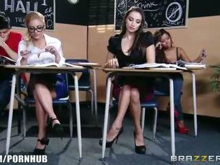 Impactante morena escolar seduces su caliente rubia classmate