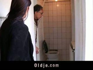 Oldje: צעיר נוער tries שלה ראשון ישן אדם