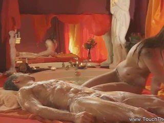 Loira loves para fazer massagem