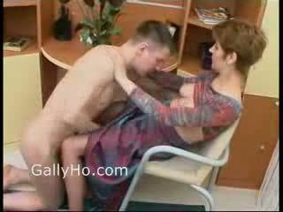 Maminka vynucený na souložit ji syn