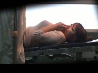 Tettona milf laying su il medico letto fingered scopata con giocattoli da il gynecologist in il surgery