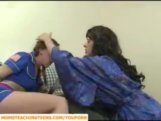ママ seducing ボーイ と ティーン 女の子 scout